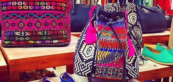 Seleção de bolsas e acessórios com a tendência étnica