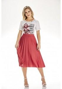 modelo-cabelo-loiro-saia-midi-plissada-vermelha