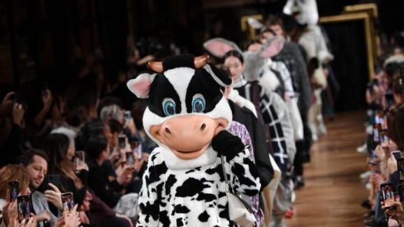 Estilista coloca modelos vestidos de animais para desfilar em Paris
