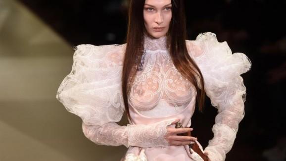 Bella Hadid usa vestido de noiva transparente